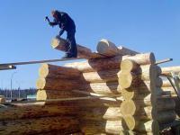 сруб дома в процессе строительства