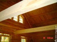 вид дома изнутри-тесаные вручную потолочные балки